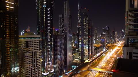 stockvideo's en b-roll-footage met real-time dubai city street of road vol met auto's en metro - gewone snelheid
