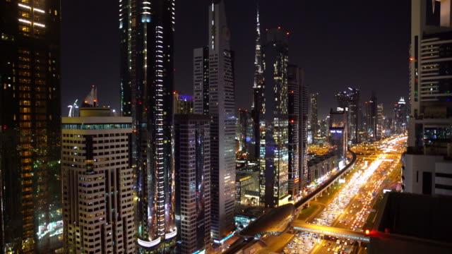 자동차와 지하철의 전체 실시간 두바이 도시 거리 또는 도로 - 동작 정지 스톡 비디오 및 b-롤 화면