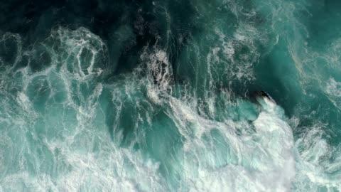 colpo in tempo reale di surf sul mare. vista aerea dall'alto verso il basso - composizione orizzontale video stock e b–roll