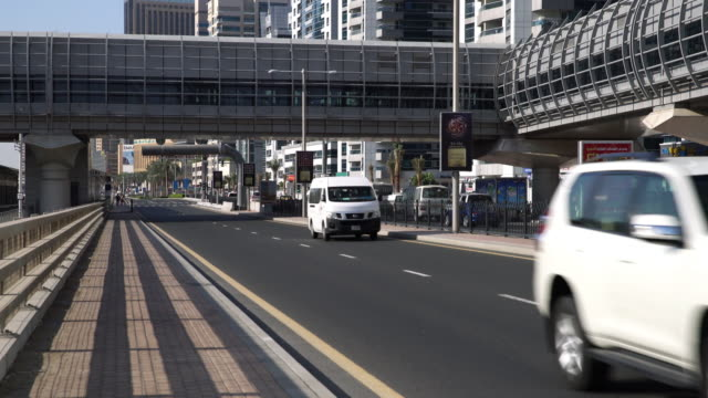 real time traffic in dubai - проспект стоковые видео и кадры b-roll