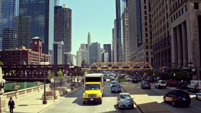 vídeos y material grabado en eventos de stock de vídeo en tiempo real del centro de tránsito de chicago, illinois - señalización vial