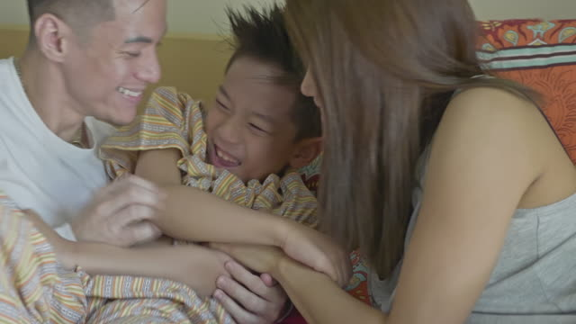 real time video of filipino family enjoying being together - fare il solletico video stock e b–roll