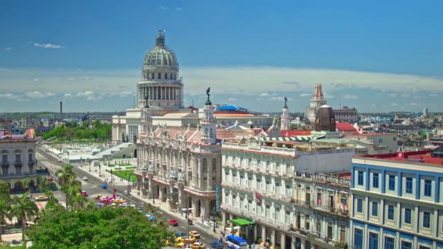 echtzeit-video von havanna mit capitol building im hintergrund - havanna stock-videos und b-roll-filmmaterial