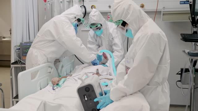 video i realtid av vårdteam som överför patienten till intensivvårdsavdelningen - intensivvårdsavdelning bildbanksvideor och videomaterial från bakom kulisserna