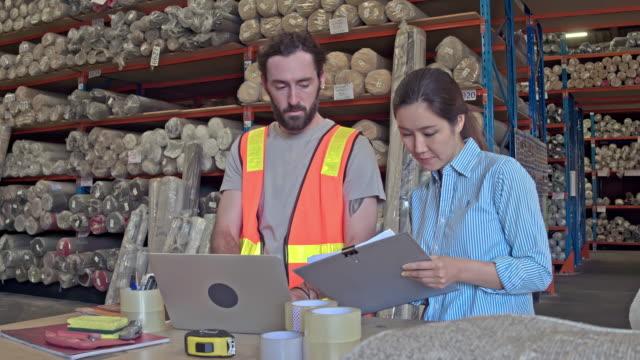 realtidsvideo manager talar till arbetare med laptop på lager - 30 39 år bildbanksvideor och videomaterial från bakom kulisserna