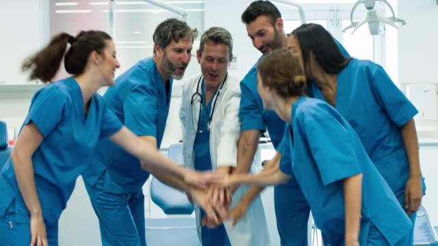 Vídeo em tempo real da equipe médica, comemorando após um dia duro - vídeo