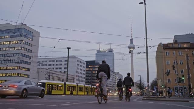 황혼, 독일 베를린에서 사이클링 하는 사람들의 실시간 비디오 - 방관적인 사람들 스톡 비디오 및 b-롤 화면