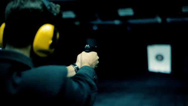 vídeos de stock, filmes e b-roll de vídeo em tempo real filmado de jovem irreconhecível atirando no campo de tiro - autodefesa
