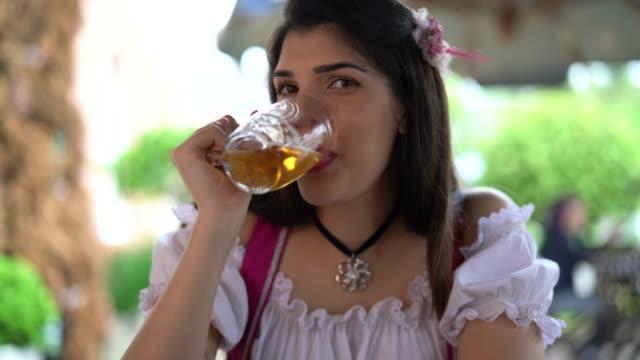 vídeos y material grabado en eventos de stock de mujer celebración cerveza tostada en pub - oktoberfest