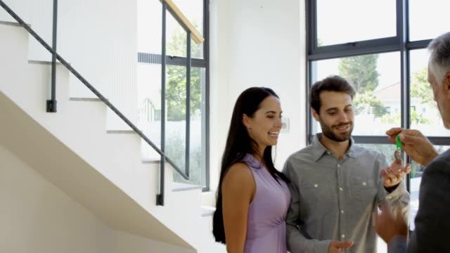 immobilienmakler die schlüssel, paar - neues zuhause stock-videos und b-roll-filmmaterial
