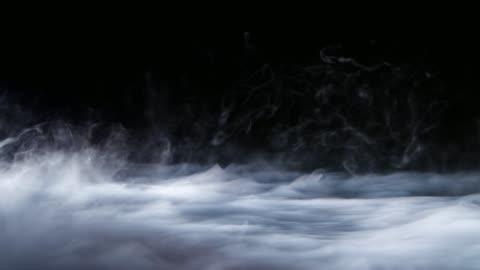 vídeos de stock e filmes b-roll de realistic dry ice smoke clouds fog overlay - nevoeiro