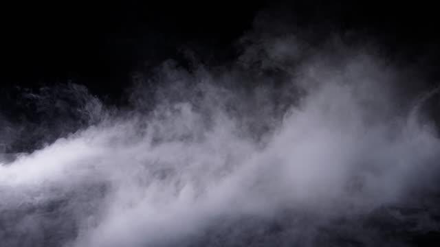 vídeos de stock e filmes b-roll de realistic dry ice smoke clouds fog - nevoeiro