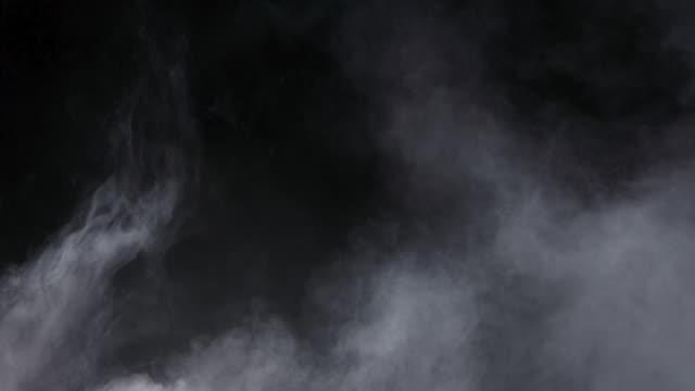 nebbia realistica di nuvole di fumo di ghiaccio secco - colore nero video stock e b–roll