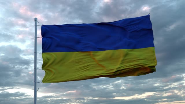bandiera realistica dell'ucraina che sventola nel vento contro il profondo cielo drammatico. 4k uhd 60 fps slow-motion - ucraina video stock e b–roll
