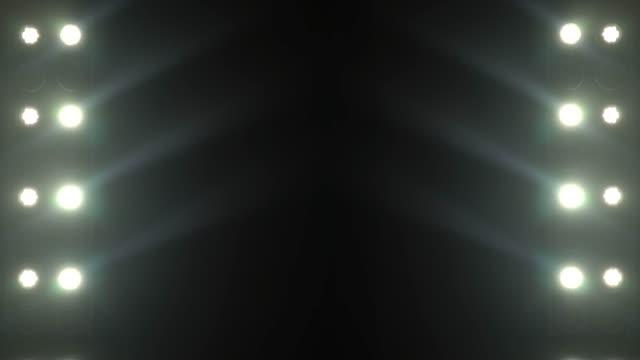 stockvideo's en b-roll-footage met realistische beelden van etappe licht knipperen stralen schijnwerpers door middel van rook - spotlicht elektrisch licht