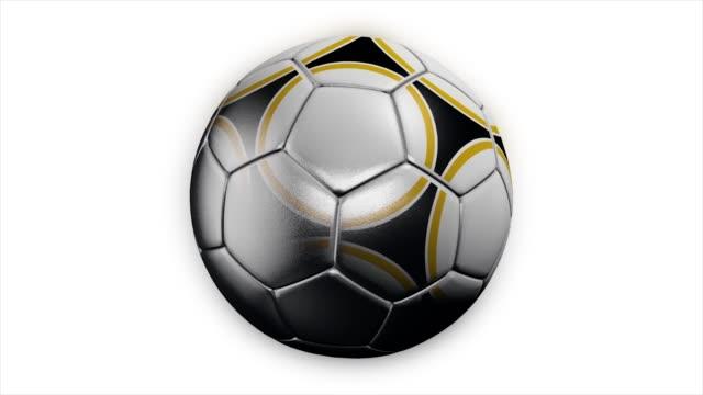 stockvideo's en b-roll-footage met realistisch leren voetbal bal draaien op de witte achtergrond. animatie van een voetbal bal op een witte achtergrond - sportcompetitie