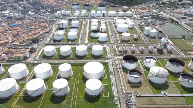 stockvideo's en b-roll-footage met realtime video 4k geschoten luchtfoto van olie- en gasindustrie - raffinaderij bij zonsopgang, schot van drone van de raffinaderij van de olie en petrochemische installatie , thailand - olieraffinaderij