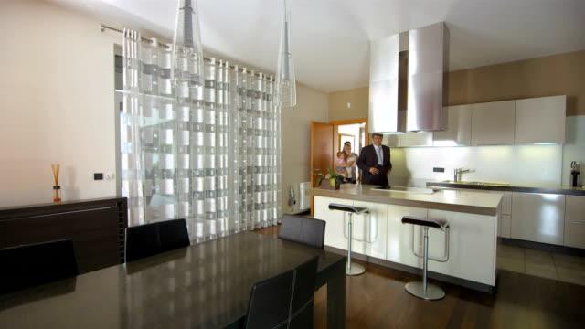 HD: Agence immobilière des Clients en visite - Vidéo