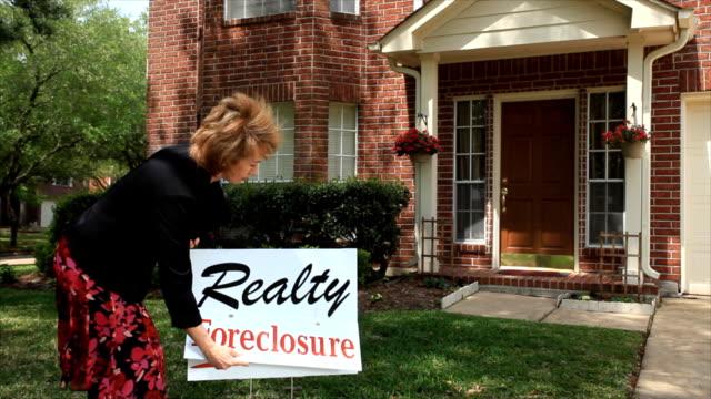 Embargo hipotecario Realtor putting en señal - vídeo