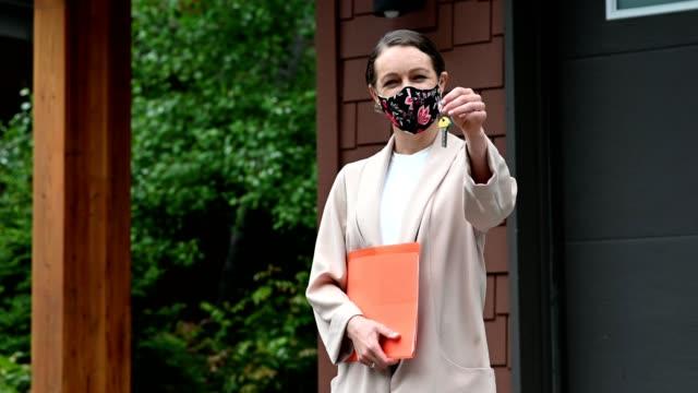 보호 얼굴 마스크와 부동산 - work from home 스톡 비디오 및 b-롤 화면
