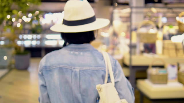 rückansicht: asiatische frau walking - hinter stock-videos und b-roll-filmmaterial