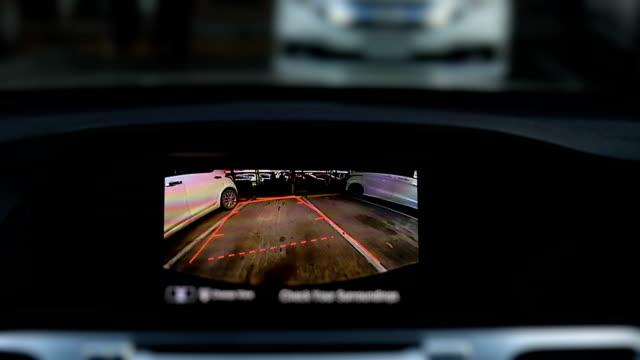 駐車場での運転の車でバック カメラの背面デジタル表示 - 映画用カメラ点の映像素材/bロール