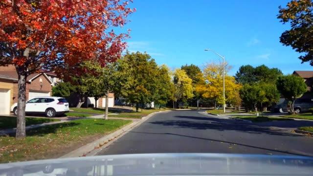 日中郊外道路を走行する車の後ろから見る。 郊外の通り明るい昼間の空に沿って車両の後ろにpovの車の視点。 - 後方点の映像素材/bロール