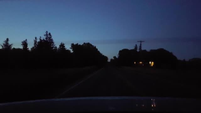 밤에 시골 시골 도로를 운전 하는 자동차의 뒤에서 후방 보기.  저녁에 차량 컨트리 스트리트 뒤에 보기 pov의 자동차 포인트. - 전원 장면 스톡 비디오 및 b-롤 화면