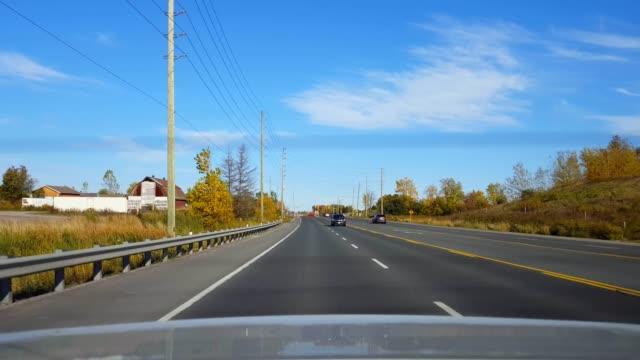 日中の車の後ろからのバックビュー田舎の高速道路を運転。 車の視点povは、車両の国間または高速道路またはターンパイクや高速道路の後ろにあります。 - 後方点の映像素材/bロール