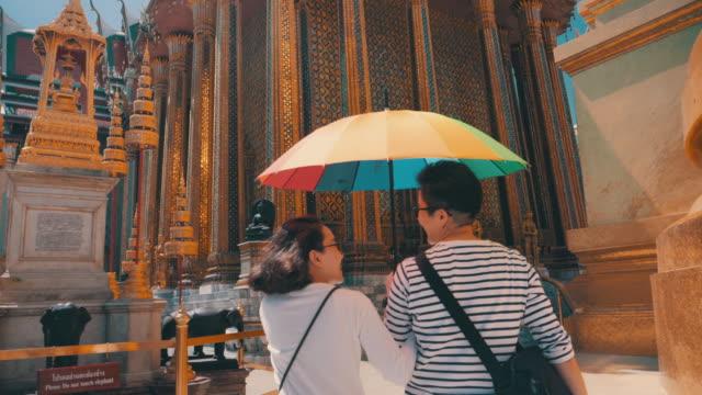 Vue arrière : Couple de lesbiennes LGBTQI voyageant en Thaïlande - Vidéo