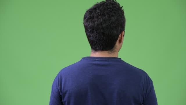 rückansicht des hispanic mann rückblickend - rücken stock-videos und b-roll-filmmaterial