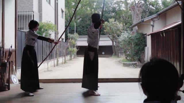 道場で練習している日本の射手の背面図 - 武道点の映像素材/bロール