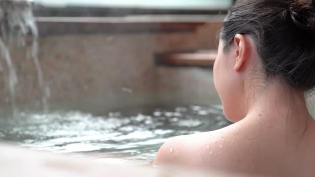 bakifrån på japanska flickan blöt i varma källor - japanese bath woman bildbanksvideor och videomaterial från bakom kulisserna