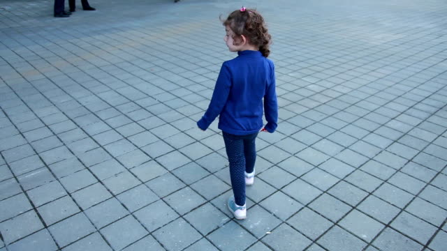 vídeos de stock e filmes b-roll de rear view of little girl walking alone on the street - criança perdida