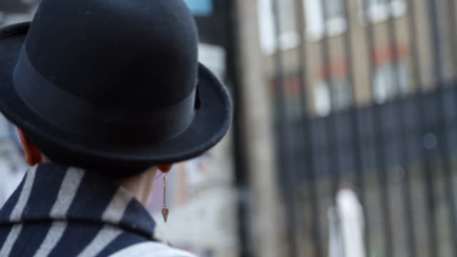 Rückansicht des stilvollen Mode-Blogger auf städtischen Straße – Video