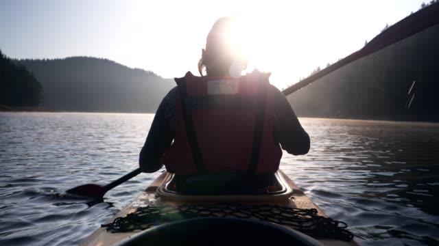 stockvideo's en b-roll-footage met achtermening van het kajakken van de vrouw - paddle