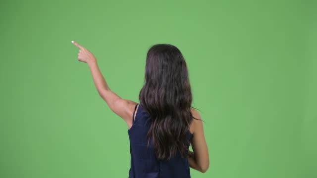 指を指す若い多民族ビジネスウーマンの背面図 - スタジオ 日本人点の映像素材/bロール