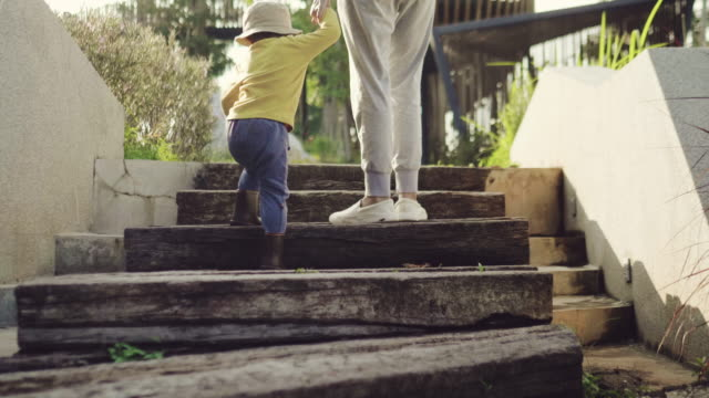 階段の上を歩く後姿: アジアの若い母親一緒に息子 - 階段点の映像素材/bロール