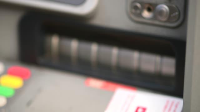 empfangen von geld von einem geldautomaten - pfand stock-videos und b-roll-filmmaterial