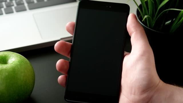 vídeos de stock e filmes b-roll de receiving notifications on the smartphone - prontidão
