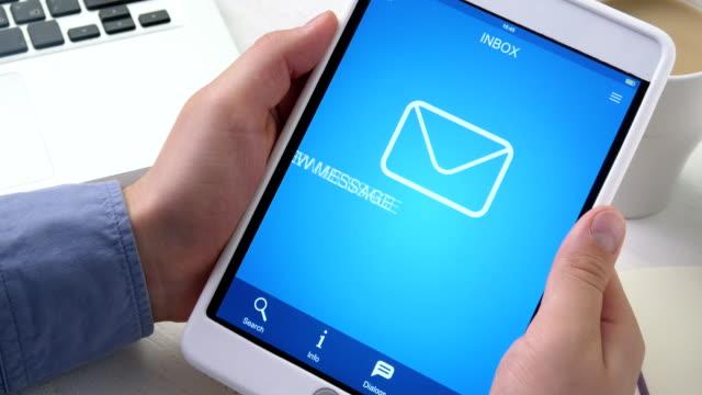 som får ett nytt e-postmeddelande på digitala tablett - meddelande bildbanksvideor och videomaterial från bakom kulisserna