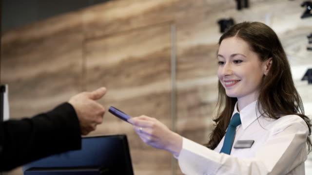 resepsiyonda otel - hotel reception stok videoları ve detay görüntü çekimi