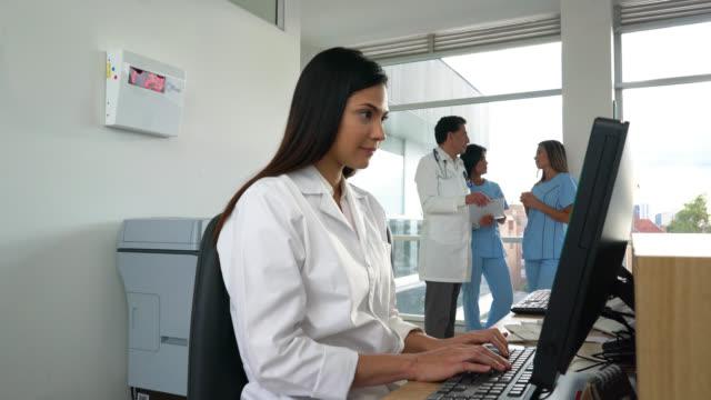 Recepcionista de trabajo en la recepción de un hospital - vídeo