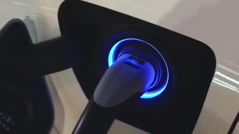 vídeos de stock e filmes b-roll de recharging battery in electric car - transporte assunto