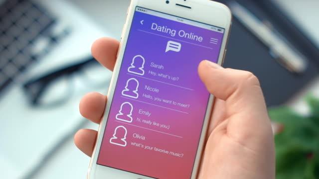 stockvideo's en b-roll-footage met nieuw bericht van de ontvangst op dating app op de smartphone - daten