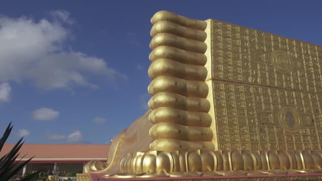 4 k долли : лежащий будда статуя - верующий стоковые видео и кадры b-roll