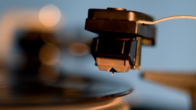 古い昔ながらのビンテージ ビニール レコードを再生するレコード プレーヤー - アナログレコード点の映像素材/bロール
