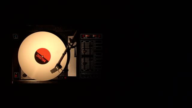 ビニール レコードに沿って実行しているそれはスタイラスがレコード プレーヤーのターン テーブル - アナログレコード点の映像素材/bロール
