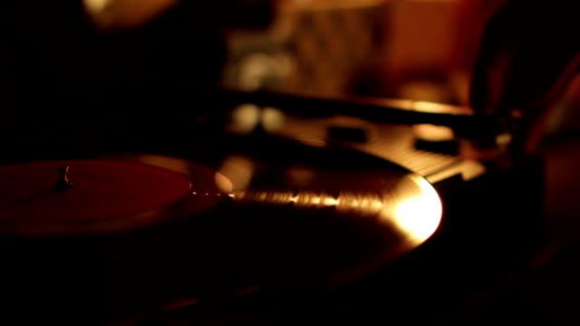 vídeos y material grabado en eventos de stock de registrar spinning en portátil turntable.selective enfoque. - principios