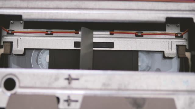 vidéos et rushes de mécanisme de transport de bande d'enregistreur vhs - hélice pièce mécanique
